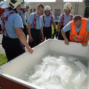 Test hasičov protipovodňové vrecia